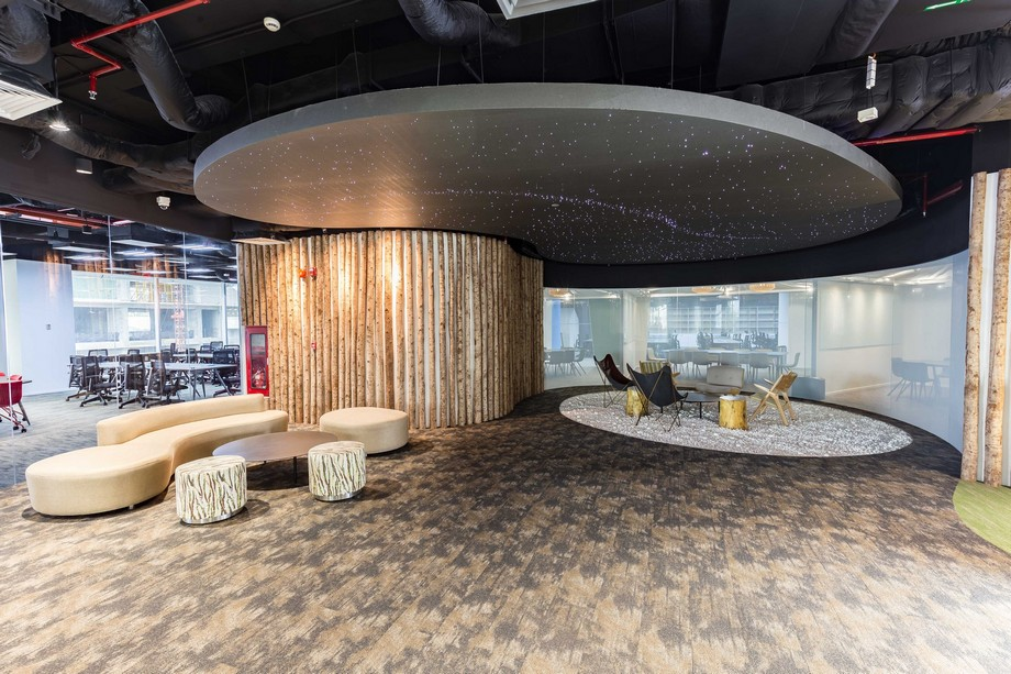 Khu vực ngồi thư giãn tại UP Coworking space Bách Khoa HCM