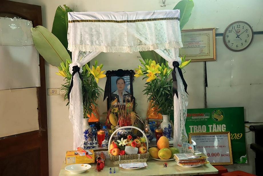 Bàn thờ đám ma còn gọi là bàn thờ vong được lập khi nhà có người mới mất