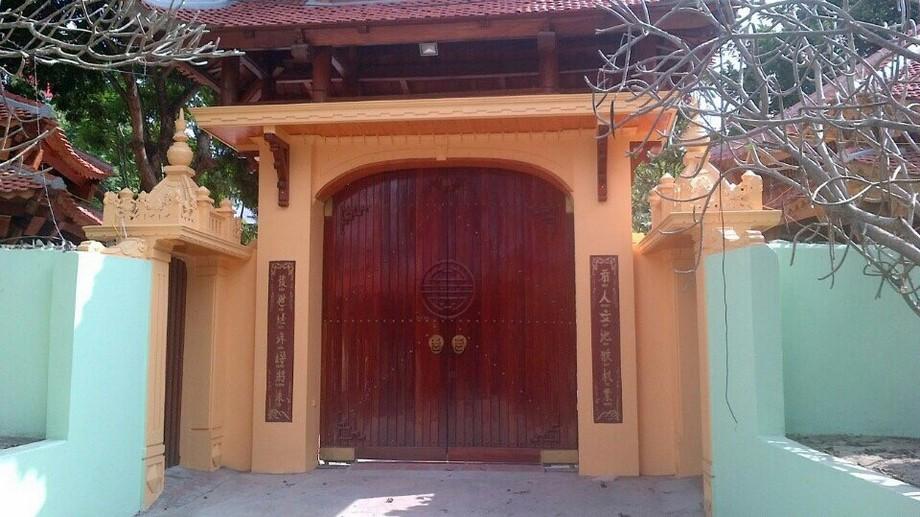Cổng nhà gỗ đẹp 2 cánh phong cách Trung Hoa