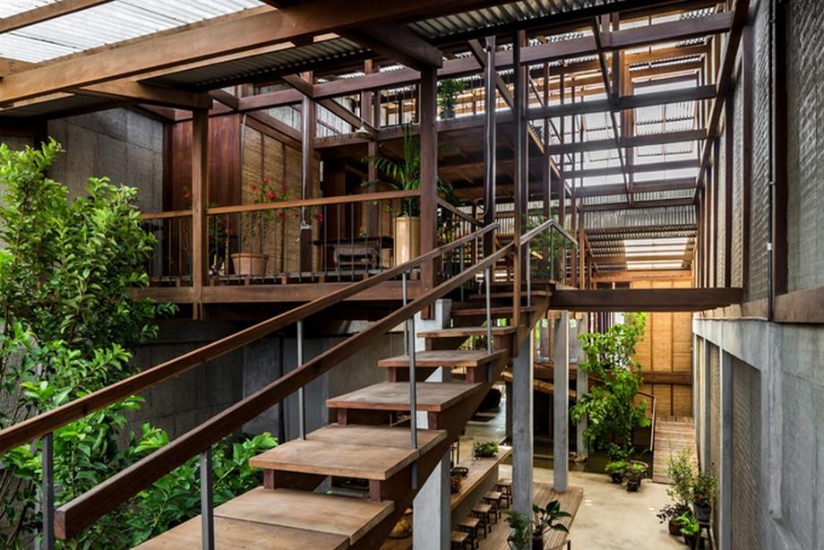 Nhà gỗ đẹp nhất An Giang thay vì mái dốc truyền thống thì đã đổi thànhba lớp mái dạng cánh bướm xuyên suốt chiều dài ngôi nhà tạo sự thông thoáng tự nhiên
