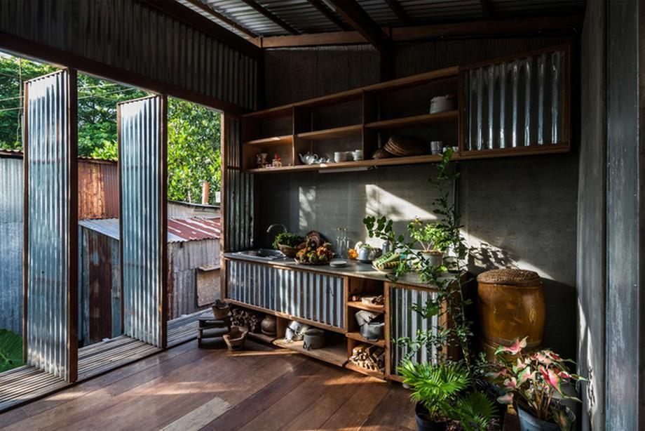 Hệ cửa, vách của nhà gỗ đẹp nhất An Giang này làm bằng tôn được thiết kế xoay