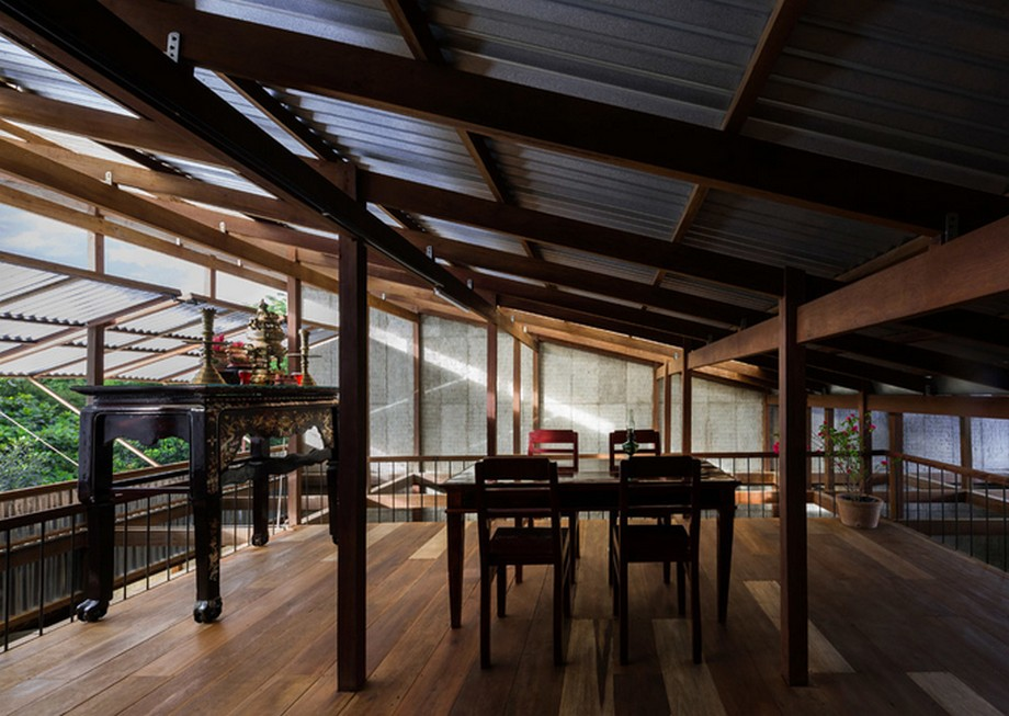 Không gian thờ cúng trang trọng ở tầng 3 của nhà gỗ đẹp nhất An Giang với nội thất màu tối