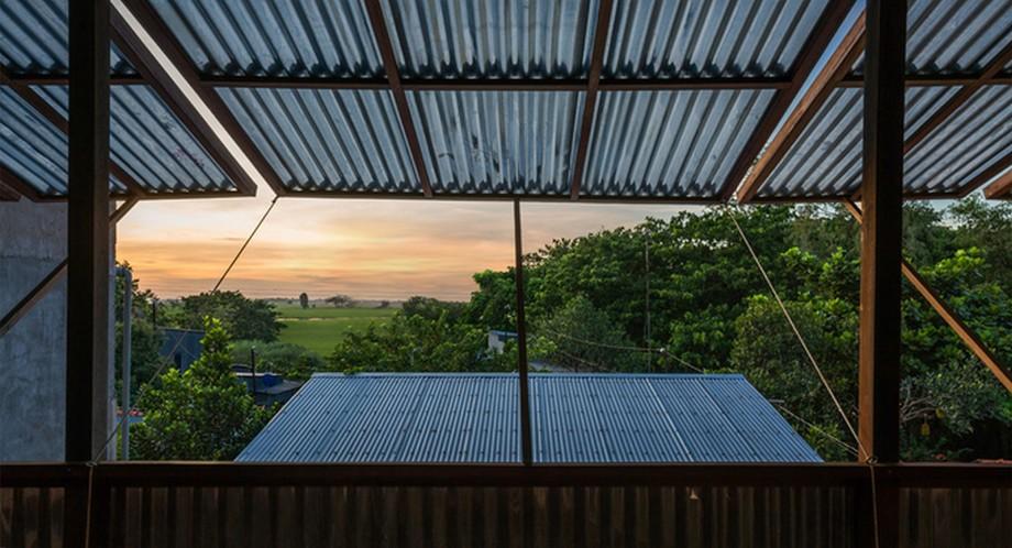 Hệ thống cửa sổ có mái đua ra ngoài của nhà gỗ đẹp nhất An Giang