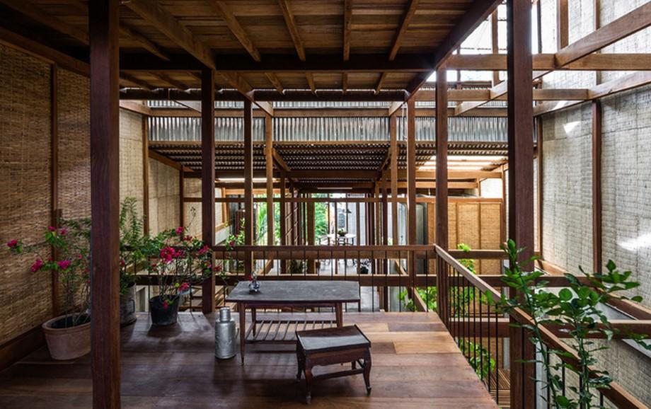 Kiến trúc của nhà gỗ đẹp nhất An Giang vẫn giữ được nét đặc trưng của vùng đất này đó là kiểu kiến trúc với các cột chống từ mặt đất tới khung gỗ phía trên và phần mái nhà được bao phủ bởi mái tôn mỏng nhẹ