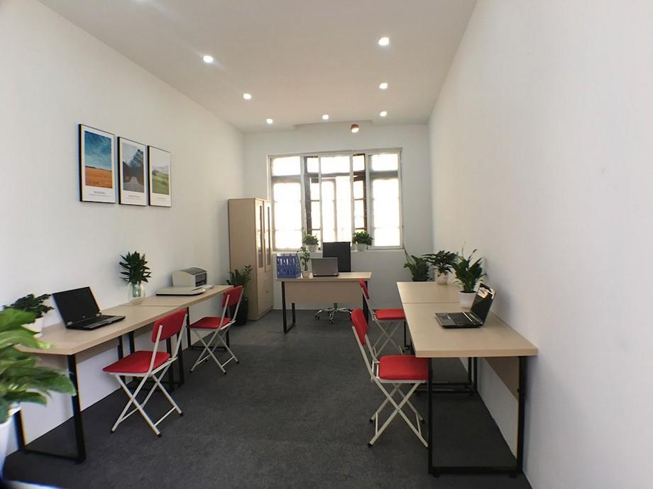 Thiết kế nội thất văn phòng hẹp với nội thất đơn giản