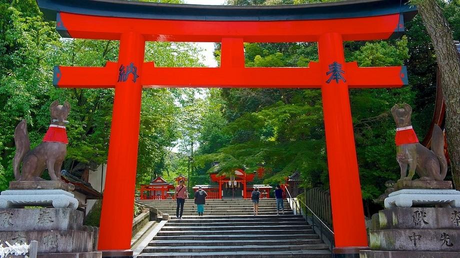 Cổng Torii thường đặt ở lối vào các ngôi đền thờ Thần Đạo