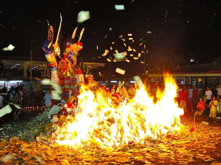 Nghi thức thực hiện lễ hội ma -Cúng cô hồn độc đáo ở Đài Loan