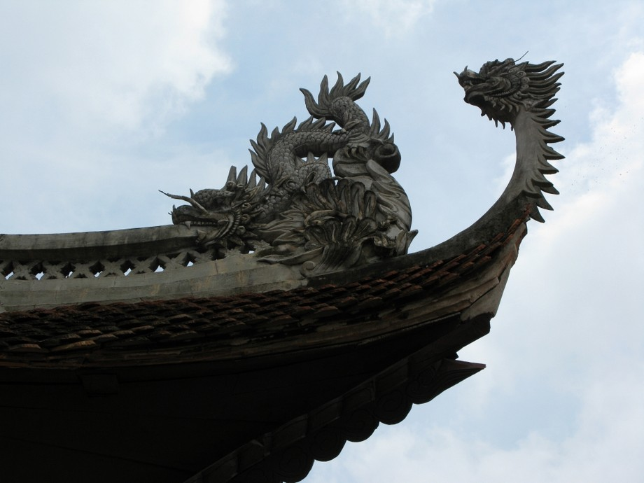 Mái chùa đẹp có trang trí con kìm nóc