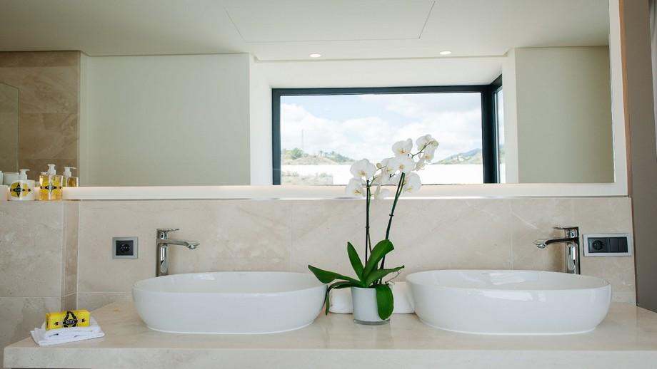 Phòng tắm của biệt thự hiện đại tại Nueva Andalucia được thiết kế hiện đại, sáng sủa