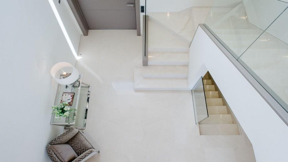 Thiết kế nội thất khu vực hành lang, cầu thang của biệt thự hiện đại tại Nueva Andalucia