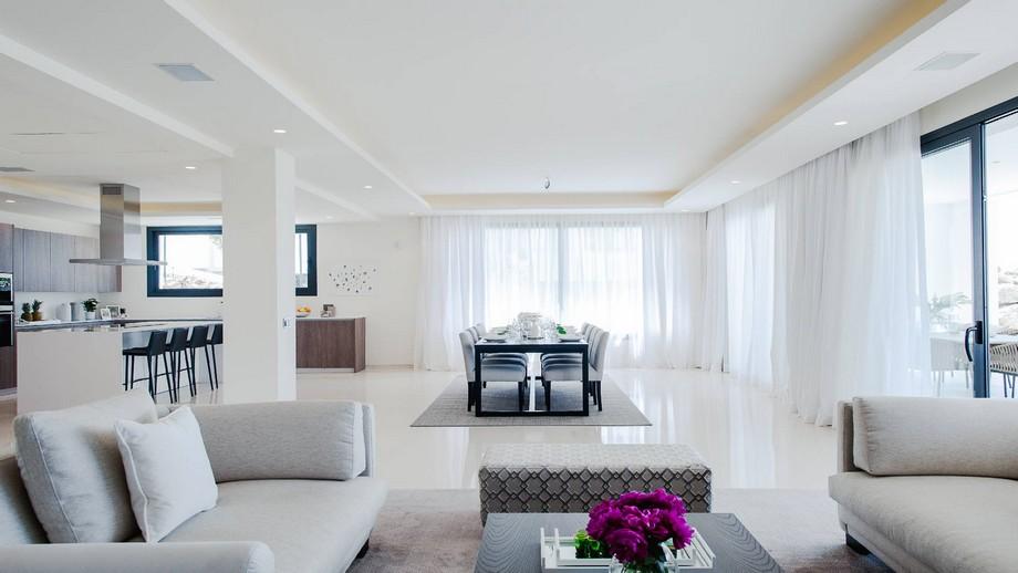 Thiết kế nội thất phòng ăn thoáng đáng với bộ bàn ghế co 8 người của biệt thự hiện đại tại Nueva Andalucia
