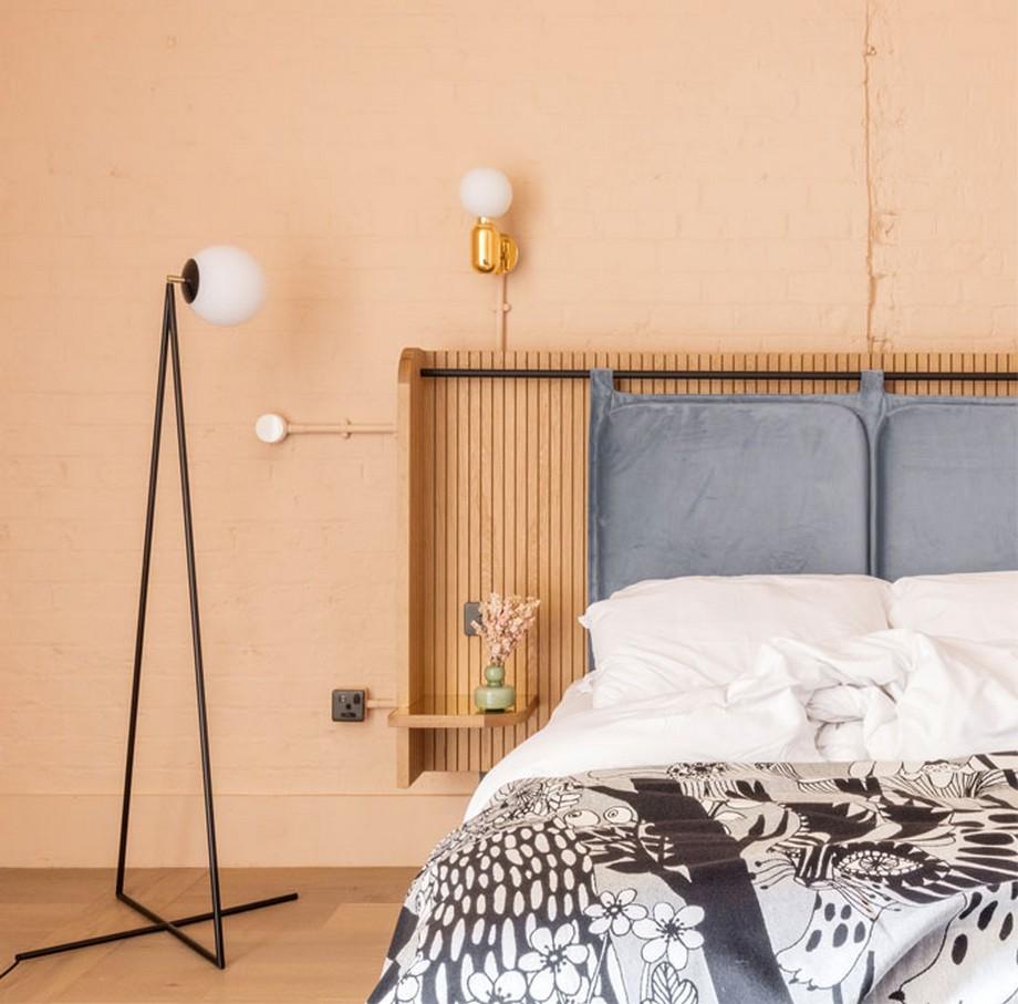 Chi tiết trang trí tường đầu giường, tab đầu giường và bóng đèn ấn tượng