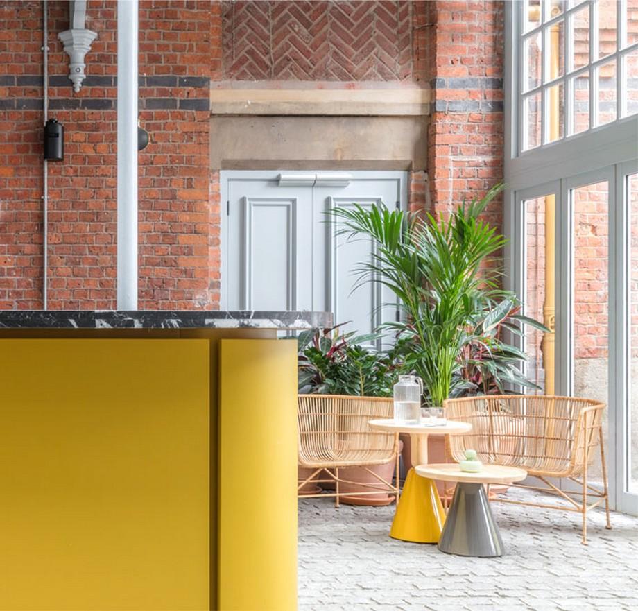 Thiết kế nội thất coworking space tại Anh với bức tường gạch nguyên gốc
