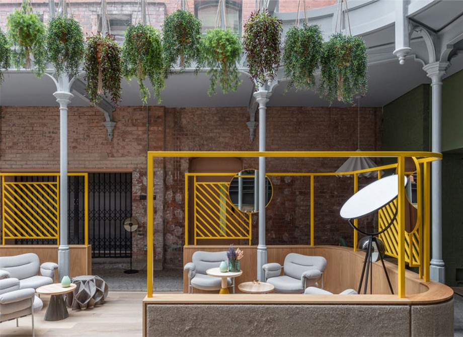 Thiết kế nội thất coworking space tại Anh chia làm các khu vực nhỏ khác nhau với các góc uốn cong