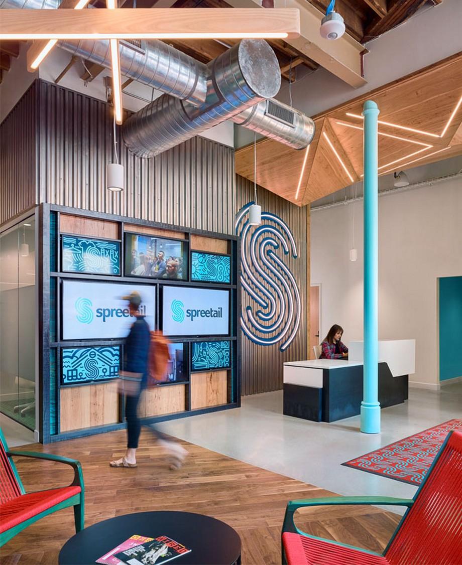 Ý tưởng trang trí nội thất văn phòng với bàn lễ tân hiện đại, xinh xắn, phía sau là mảng tường trang trí độc đáo