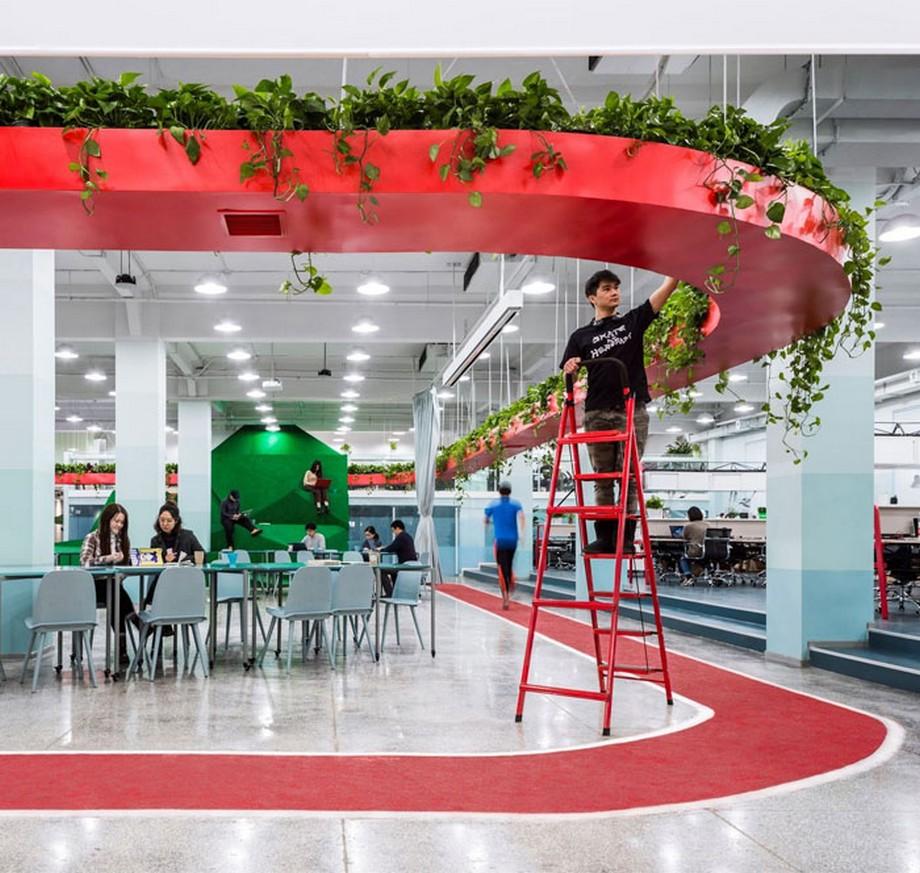 Ý tưởng trang trí nội thất văn phòng với các cây dây leo xung quang đường viền đỏ