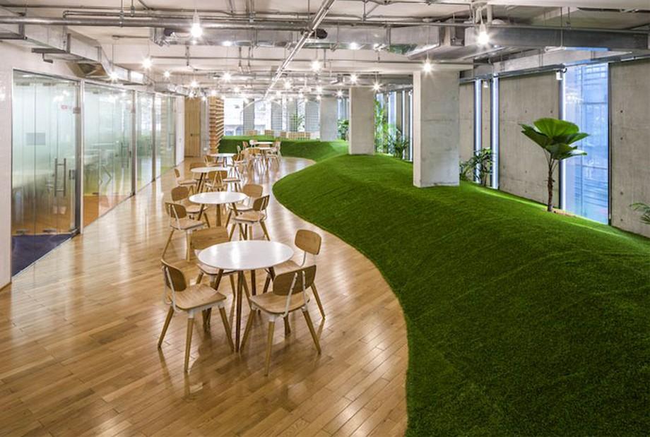 Ý tưởng trang trí nội thất văn phòng xanh với thảm cỏ xanh chạy dài uốn lượn khắp văn phòng