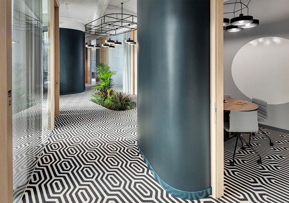 Ý tưởng trang trí nội thất văn phòng với một khóm cây xanh giữa lối đi