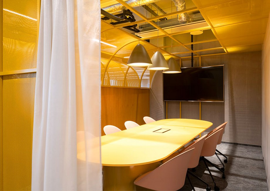 Ý tưởng trang trí nội thất phòng họp văn phòng với tông màu vàng rực rỡ