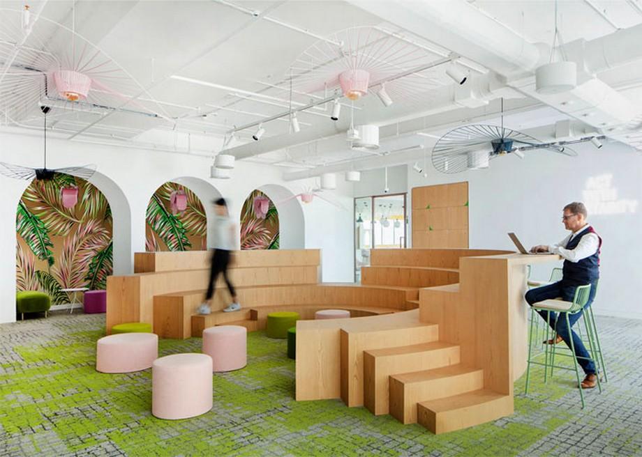 Ý tưởng trang trí nội thất khu vực họp nhóm với các tầng bậc bằng gỗ hình vòng cung, tấm thảm trải sàn màu xanh rêu...