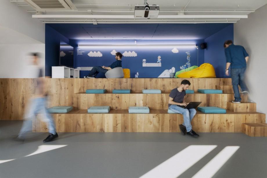 Ý tưởng trang trí nội thất khu vực làm việc chung với các hàng ghế ngồi và bức tường xanh đẹp mắt