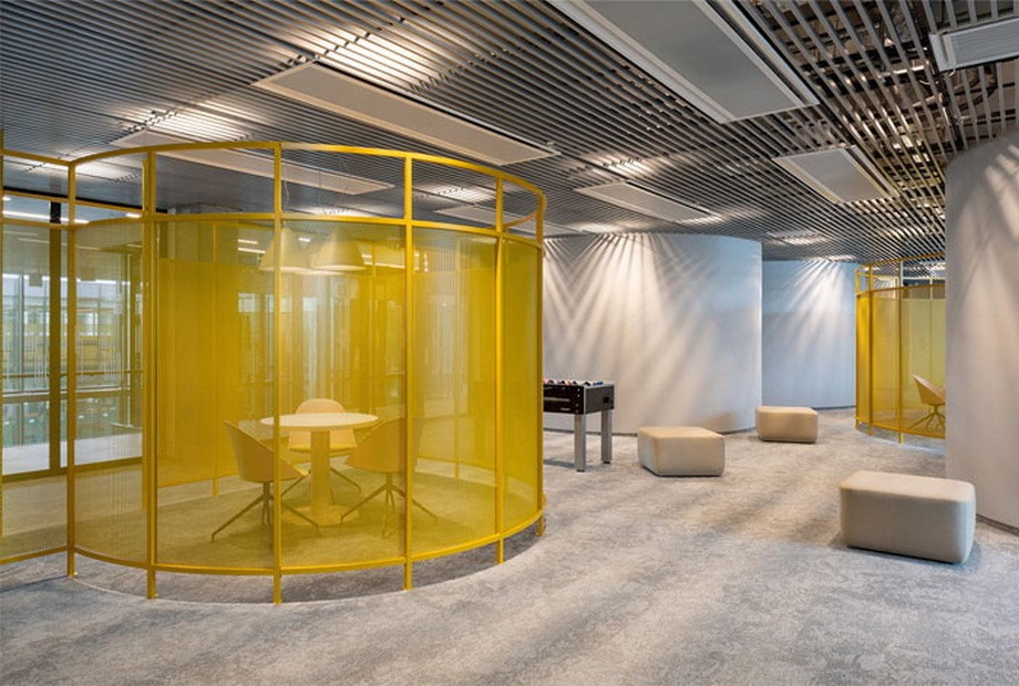 Ý tưởng trang trí nội thất văn phòng với các ô trong được quây bằng kim loại sơn vàng