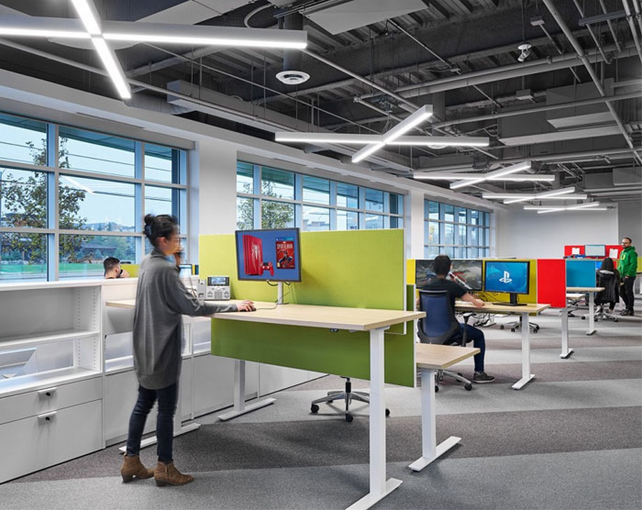 Ý tưởng trang trí nội thất văn phòng với các vách ngăn màu sắc nổi bật