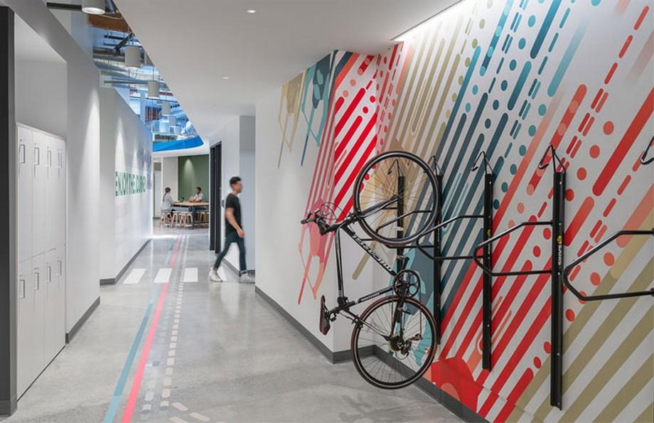 Ý tưởng thiết kế nội thất văn phòng với các đường chỉ dẫn trùng với các chi tiết trang trí trên tường