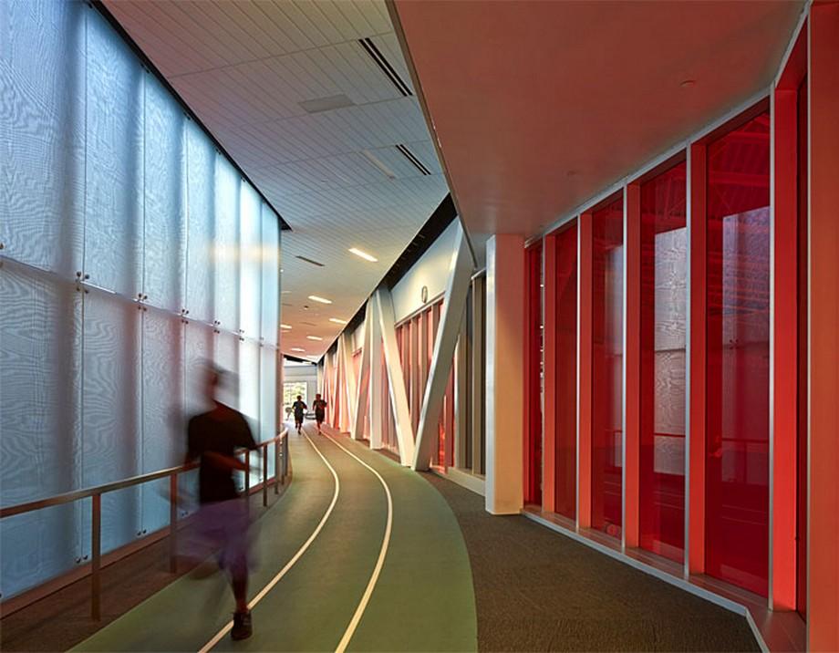 Ý tưởng trang trí nội thất văn phòng với đường chạy bộ dọc hành lang