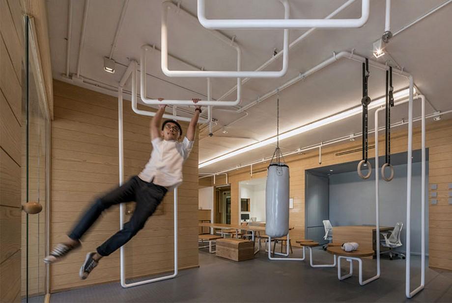 Ý tưởng trang trí nội thất khu vận động văn phòng với các thanh xà, bao cát...