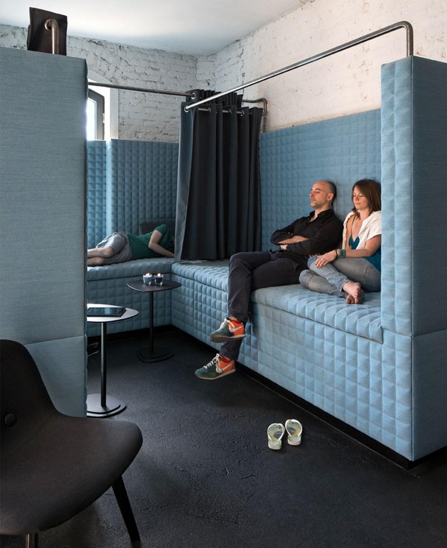 Ý tưởng trang trí nội thất văn phòng với khu vực phòng nghỉ có rèm