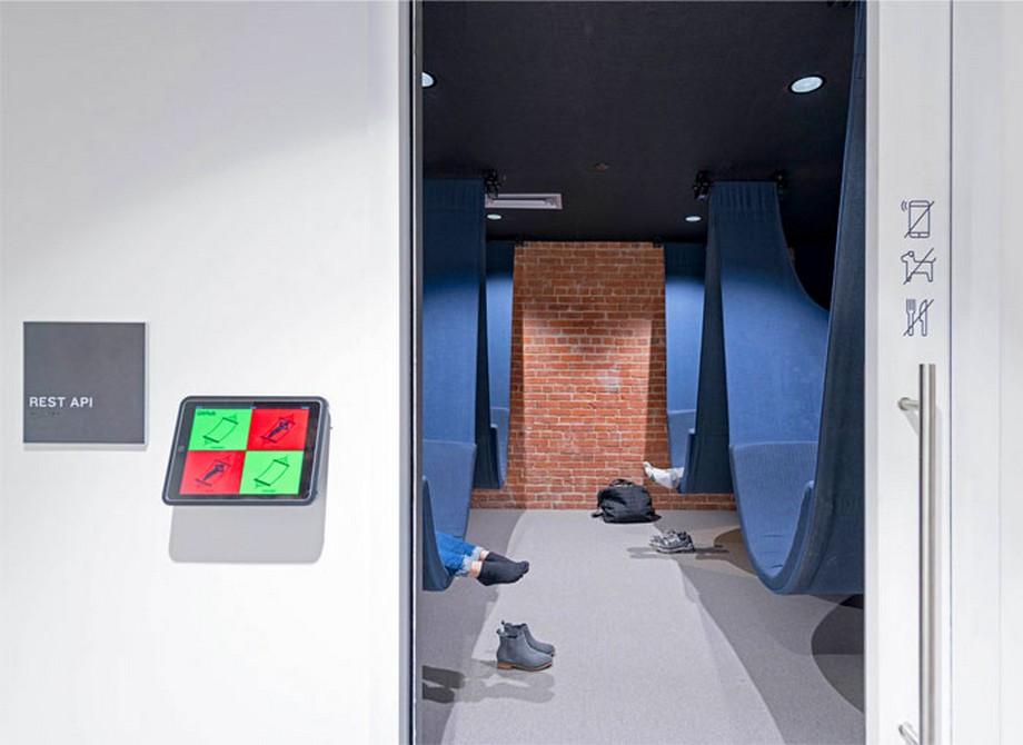 Ý tưởng thiết kế nội thất văn phòng với khu vực phòng nghỉ bao gồm các tấm võng xanh