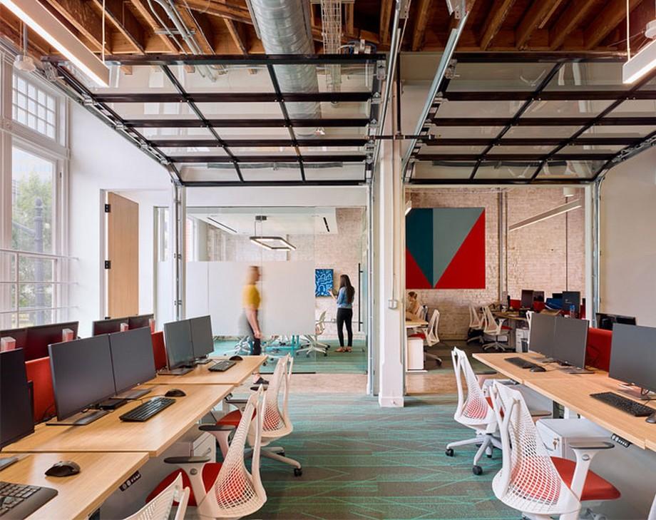 Ý tưởng trang trí nội thất văn phòng làm việc phong cách công nghiệp, bàn ghế đơn giản, áng sáng tự nhiên tràn ngập không gian