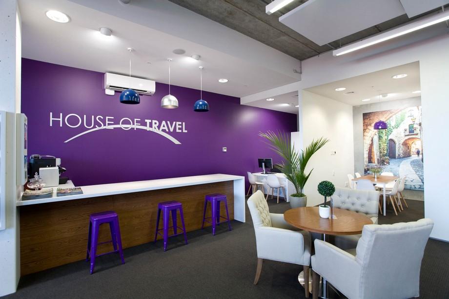 Thiết kế văn phòng du lịch với bàn lễ tân dài, đối diện là bàn chờ cho khách