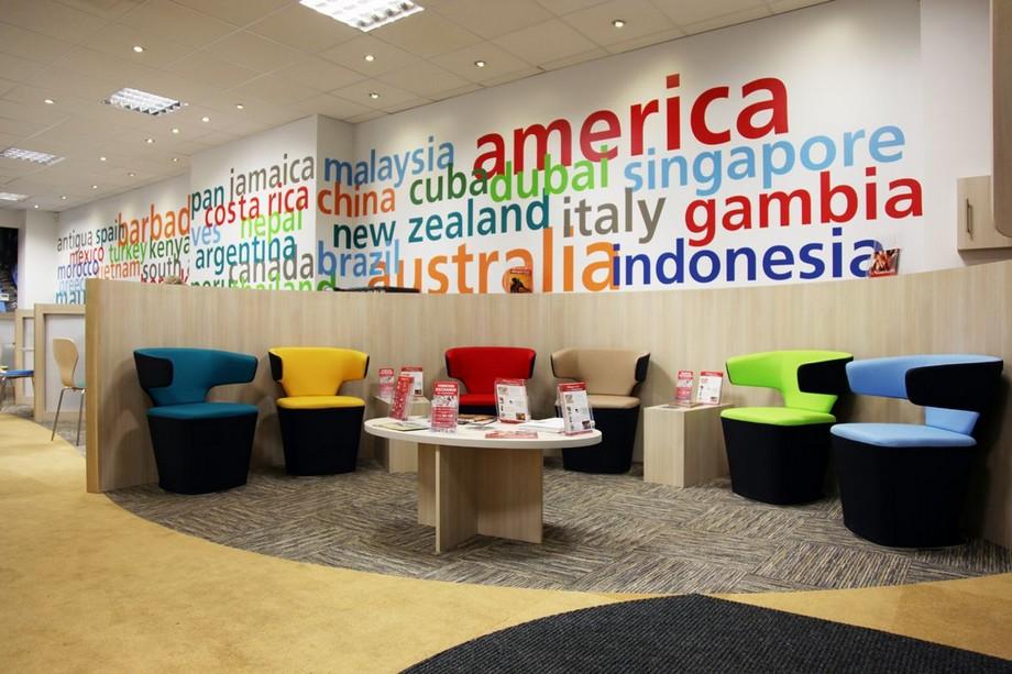 Thiết kế văn phòng du lịch với phòng chờ rộng rãi, tường trang trí với tên các nước