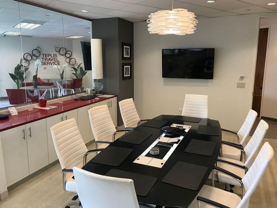 Thiết kế phòng họp văn phòng du lịch được ngăn cách bằng vách kinh