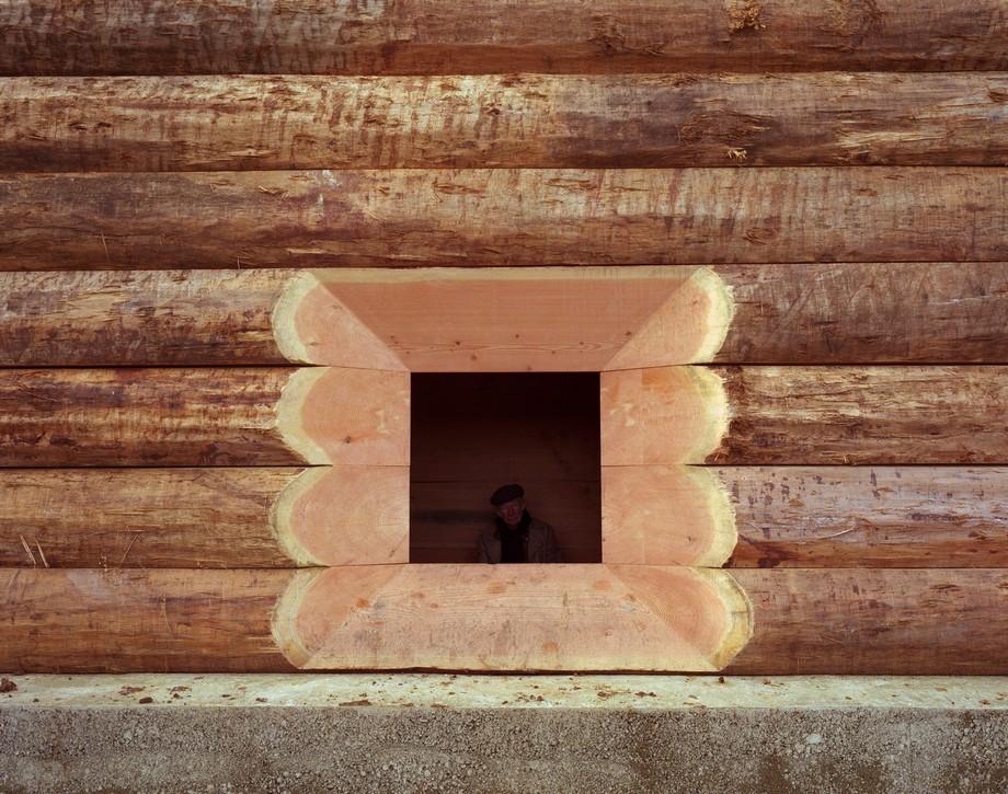 Thiết kế nhà thờ nhỏ bằng gỗ ấn tượng với một ô vuông hở được chạm khắc tinh tế để người ngồi trong có thể thấy cảnh quan bên ngoài