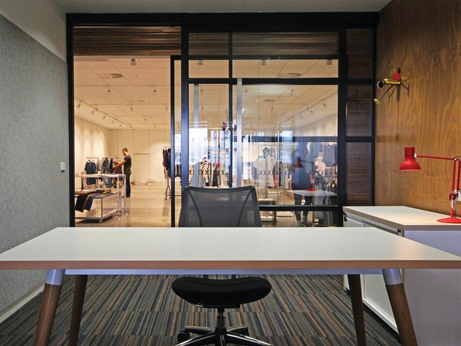 Thiết kế phòng làm việc với bộ bàn ghế đơn giản được ngăn cách với cửa kính trong