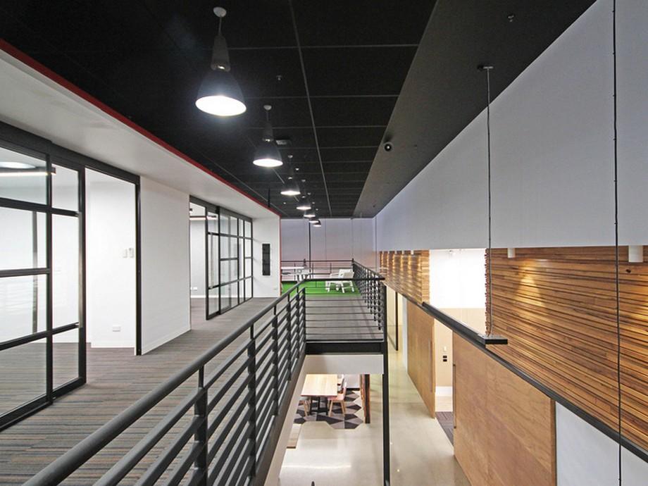 Thiết kế dãy hành lang tầng 2 với lan can đen, trần nhà màu đen và hệ thống ánh sáng đầy đủ