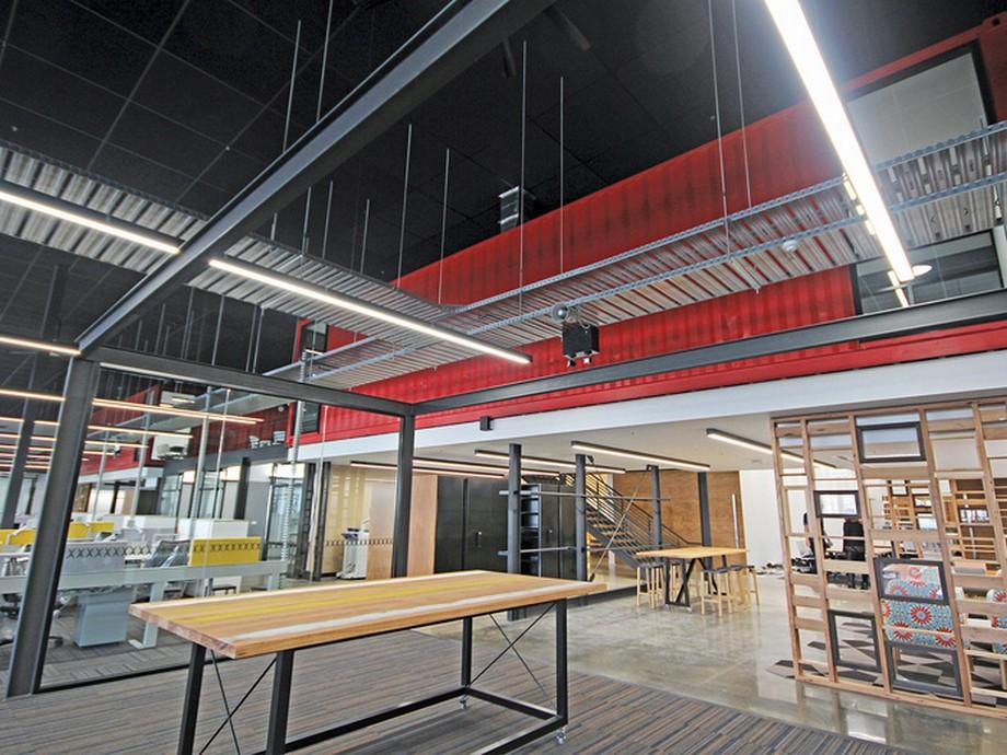 Thiết kế văn phòng sử dụng các chất liệu chính là kim loại, gỗ và các thùng container