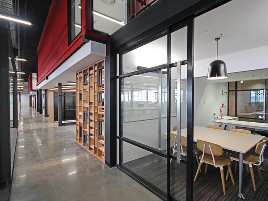 Thiết kế mỗi phòng làm việc với cửa kính trong suốt viền đen tại văn phòng công ty may mặc và thời trang Cotton On ở Úc