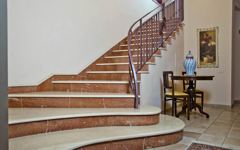 Thiết kế cầu thang đẹp cho biệt thự với bậc thang lát đá hoa