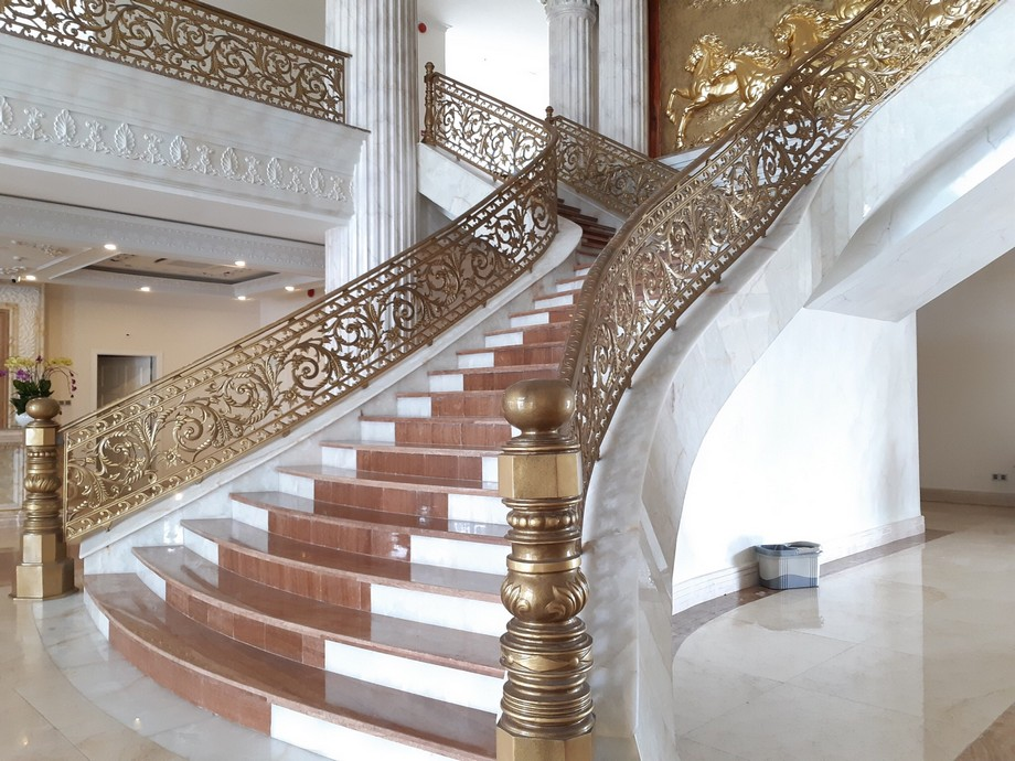 Thiết kế cầu thang đẹp cho biệt thự phong cách hoàng gia với lan can bọc nhôm mạ vàng