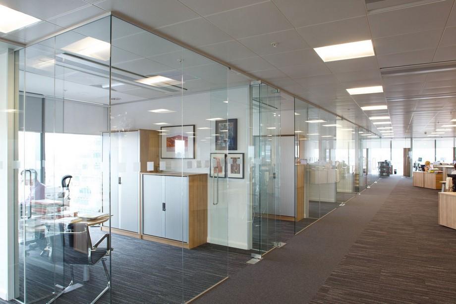 Vật liệu kính dùng làm vách ngăn không gian trong thiết kế nội thất văn phòng