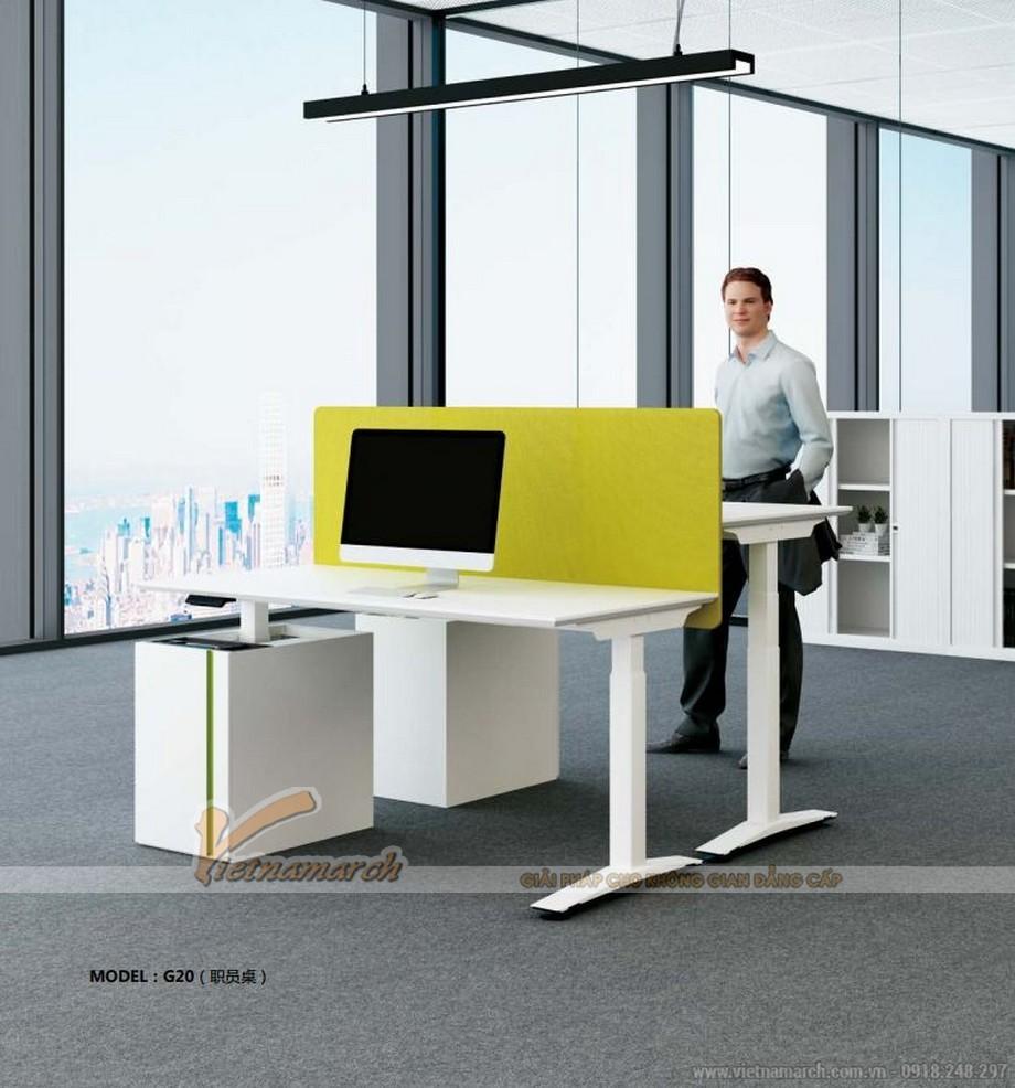 Mẫu bàn làm việc đôi đa năng ấn tượng cho nội thất văn phòng hiện đại được ngăm cách bằng vách ngăn màu vàng