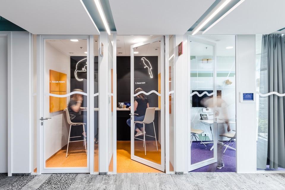 Thiết kế nội thất văn phòng theo phong cách hiện đạitập trung vào sự linh hoạt trong các loại không gian làm việc