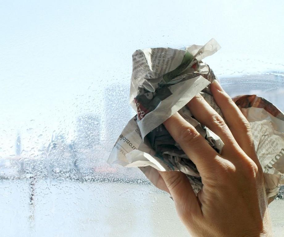 Lau sạch cửa kính bằng giấy báo