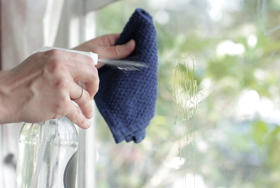 Lau sạch cửa kính bằng dung dịch tẩy rửa chuyên dụng