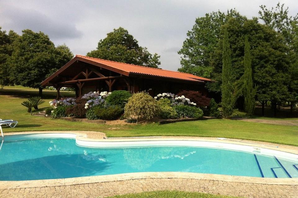Bao quanh là một khu vườn gồm cây và hoa mọc cao tầm trung, một bể bơi rộng nước xanh mát
