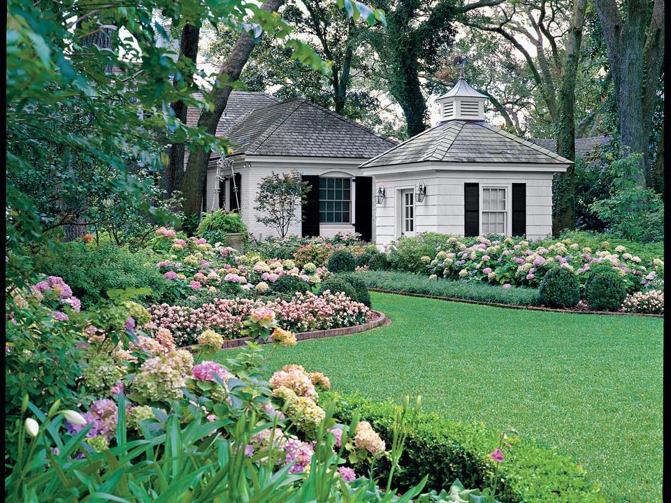 Căn biệt thự sẽ trở lên lộng lẫy hơn khi có một khu vườn ngập tràn cây cỏ